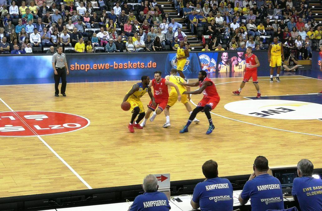 Logabirumer Merlin Herges leitete Eröffnungsspiel beim Baskets-Day in Oldenburg